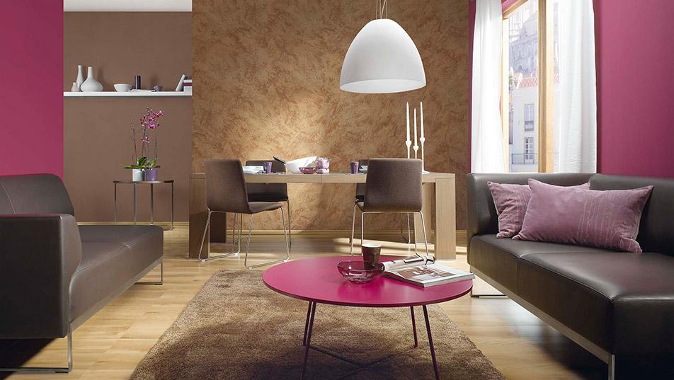 Efekt perłowego piasku na ścianie w salonie
